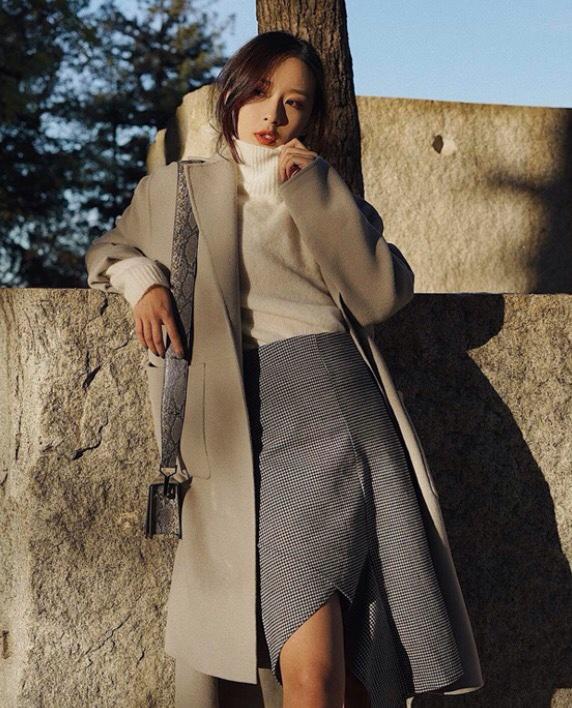với cách phối đồ mùa đông áo trench coat với chân váy mang đến cho bạn sự quyễn rũ khó cưỡng.