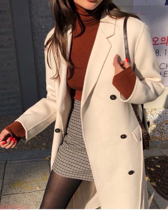 chân váy ngắn khiến đôi chân phái nữ như dài thêm. kiểu phối đồ này khiến bạn khoe được lợi thế của đôi chân dài  thẳng đẹp.