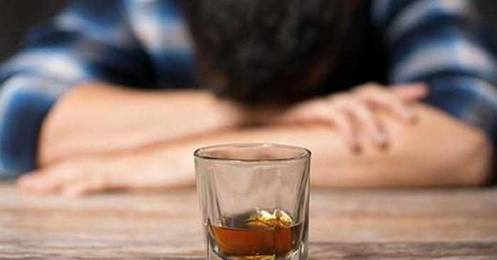 Rượu là một chất gây trầm cảm, ở liều thấp gây hưng phấn, giảm lo lắng và cải thiện tính xã hội. Ở liều cao hơn, nó gây ra say rượu, choáng váng, bất tỉnh hoặc tử vong. Sử dụng lâu dài có thể dẫn đến lạm dụng rượu, ung thư, lệ thuộc về thể chất và nghiện rượu.