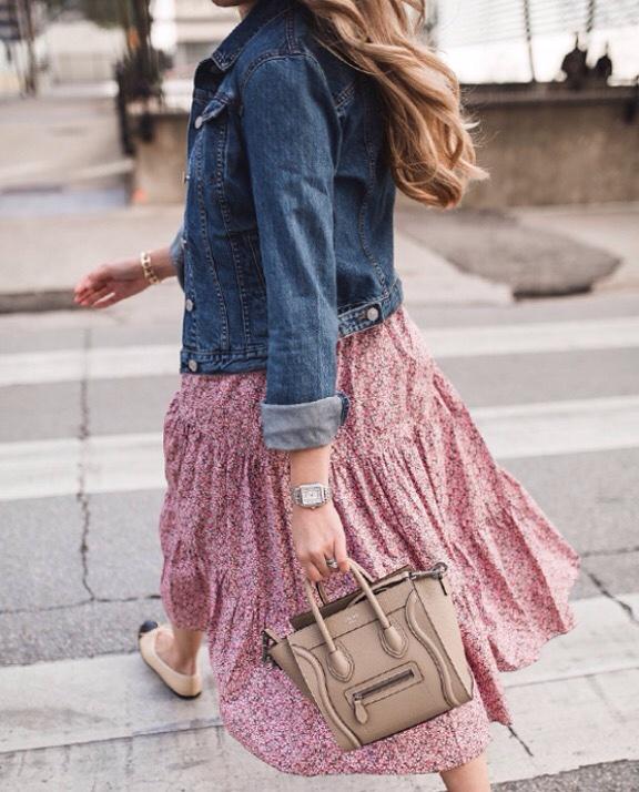 Chiếc váy liền dịu dàng nhưng khi phối cùng jacket jean, sẽ tạo nên 1 tổng thể rất cá tính. đây là cách phối đồ mùa đông được tín đồ thời trang thế giới yêu thích