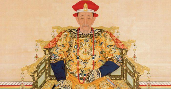 Trong lịch sử triều Thanh, Khang Hy Đế được đánh giá là vị Hoàng đế tài ba lỗi lạc bậc nhất, là người đã thiết lập sự thịnh trị dài trên 130 năm của nhà Thanh sau một loạt chiến tranh và những chính sách tích cực khiến dòng họ Ái Tân Giác La ngồi vững vị trí Hoàng đế ở Trung nguyên.