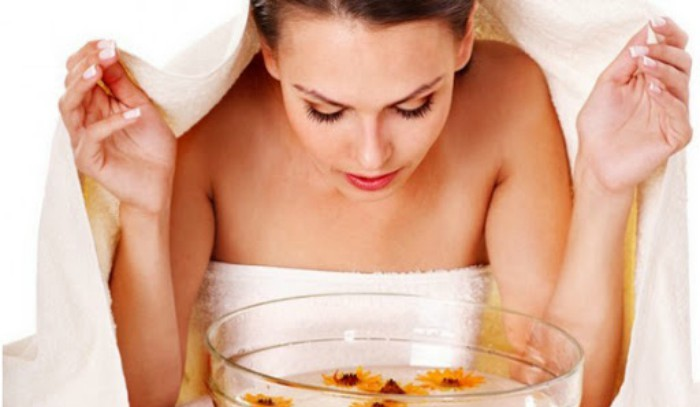 Xông hơi là cách chăm sóc da mặt hiệu quả; giúp làm thoáng các lỗ chân lông lấy đi bụi bẩn.