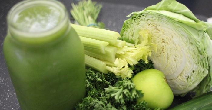 Nước sinh tố là một dung dịch tự nhiên chứa các mô từ trái cây hoặc các loại rau. Nước sinh tố được tạo ra một cách máy móc bằng cách ép hoặc vắt hoặc giầm trái cây hoặc rau tươi không dùng nhiệt độ hay dung môi