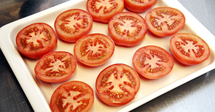 Để giữ được cà chua lâu ngày, có 2 cách bảo quản cà chua đơn giản nhanh chóng; đó là giữ bằng ngăn đá tủ lạnh và sấy khô.