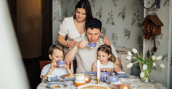 Bữa ăn gia đình luôn khiến cho các thành viên gắn kết và yêu thương nhau hơn. Vì thế, nếu trẻ có mắc lỗi, cha mẹ đừng nên trachsmawngs con trong bữa ăn nhé. Điều này sẽ khiến trẻ không thích ăn cùng gia đình.