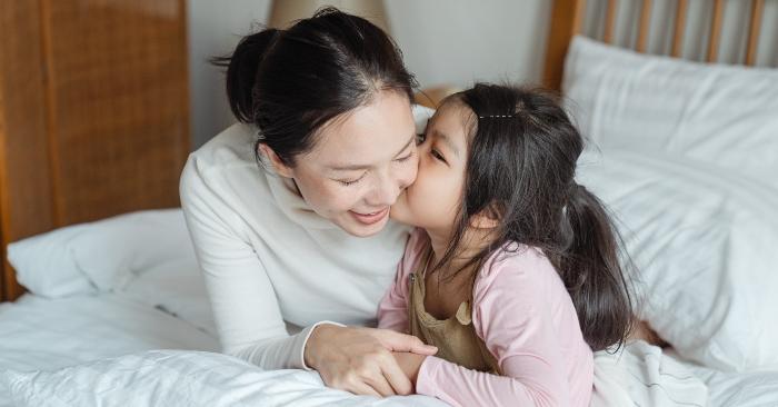 Bé gái đang thể hiện tình cảm yêu thương với người mẹ của mình. Tình mẹ con là thứ tình cảm thiêng liêng và cao quý  nhất!
