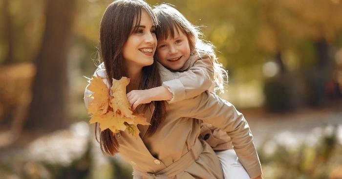 Cùng con dạo chơi trong công viên; ngồi trên ghế đá thoải mái chuyện trò sau một ngày dài học tập ở trường; sẽ giúp trẻ cảm nhận được tình thương và sự quan tâm của cha mẹ.