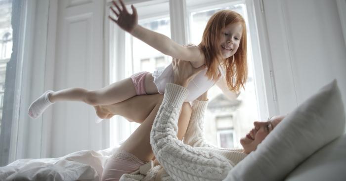 Cha mẹ kéo rèm của sổ, nhẹ nhàng đánh thức trẻ dậy. Có thể cùng trẻ tập thể dục nhẹ nhàng buổi sáng để tăng cường sức khỏe.