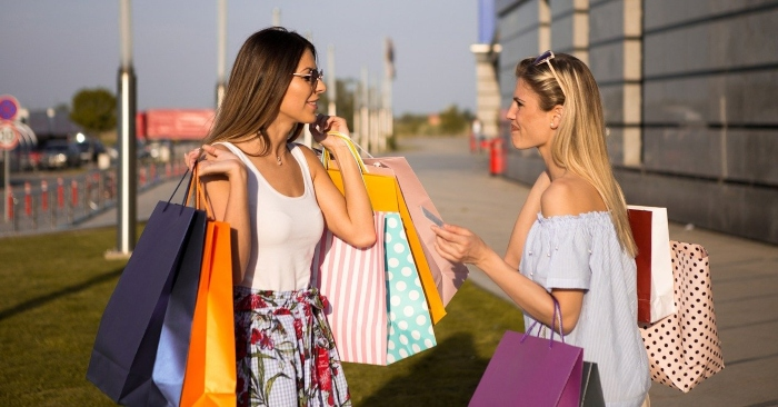 Với phụ nữ họ thường có chung niềm đam mê là mua sắm. Họ cùng nhau đến các trung tâm thương mại thời trang để mua những bộ đồ mà họ yêu thích.