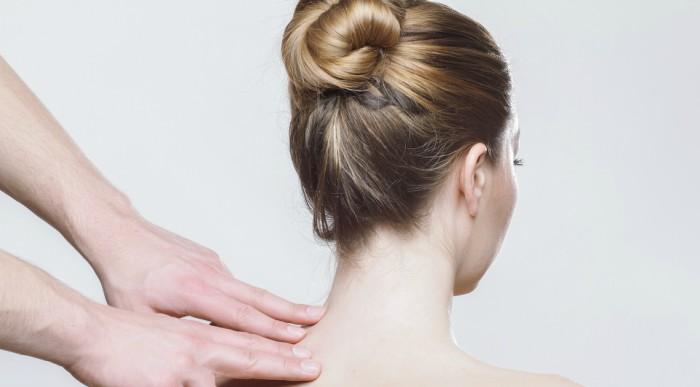 """Bấm huyệt là liệu pháp """"trị bệnh bằng tay"""", liệu pháp này sử dụng các huyệt châm cứu để cân bằng và kích thích lưu thông nguyên khí, hoặc khí xuyên suốt cơ thể. Để làm được việc này, nhà trị liệu sẽ áp dụng cách ấn bằng tay hoặc chân lên các huyệt chính của cơ thể."""