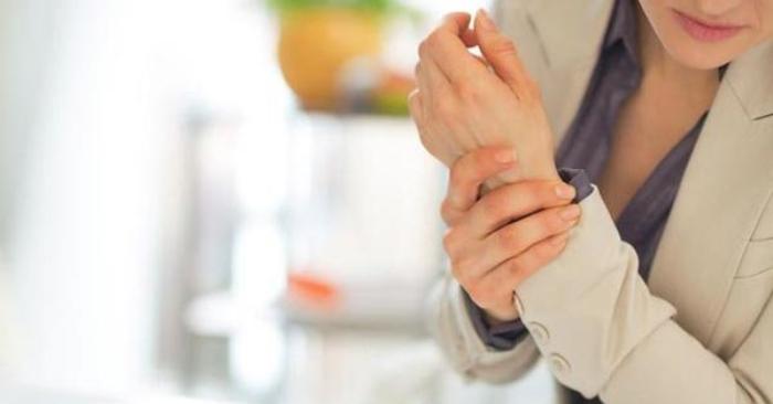 Đau khớp là một triệu chứng của chấn thương, nhiễm trùng, bệnh (đặc biệt là viêm khớp) hoặc phản ứng dị ứng do thuốc. Nguyên nhân của đau khớp rất đa dạng, từ góc độ các khớp, từ quá trình thoái hóa và hủy hoại như viêm xương khớp hay các chấn thương thể thao đến viêm các mô xung quanh các khớp, chẳng hạn như viêm bao hoạt dịch.