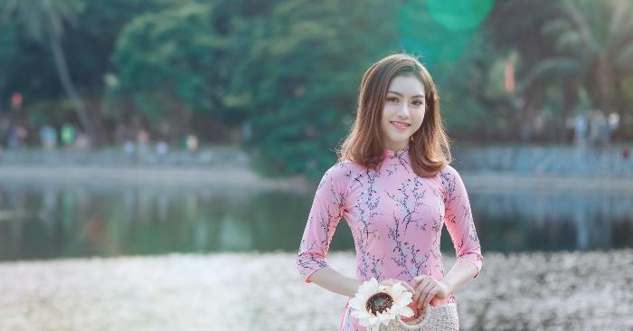 Áo dài là một loại trang phục của người Việt, được cách tân từ áo tứ thân (lập lĩnh, tức cổ đứng) của Việt Nam trong thời kỳ Tây hóa,còn gọi là áo tân thời. Áo dài mặc với quần dài, che thân từ cổ đến hoặc quá đầu gối và dành cho cả nam lẫn nữ nhưng hiện nay thường được biết đến nhiều hơn với tư cách là trang phục nữ.[ Áo dài thường được mặc vào các dịp lễ hội, trình diễn; hoặc tại những môi trường đòi hỏi sự trang trọng, lịch sự; hoặc là đồng phục nữ sinh tại trường trung học phổ thông hay đại học; hay đại diện cho trang phục quốc gia trong các quan hệ quốc tế. Các người đẹp Việt Nam hầu hết đều chọn áo dài cho phần thi trang phục dân tộc tại các cuộc thi sắc đẹp quốc tế.