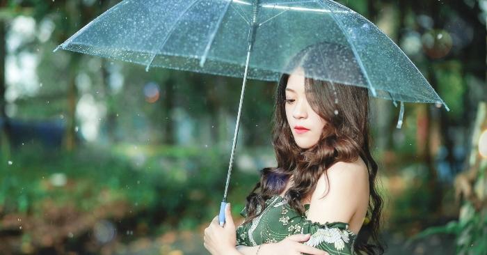 Người phụ nữ cầm ô dưới trời mưa, tâm trạng buồn man mác. Ô hay dù là một loại dụng cụ, đồ vật cầm tay dùng để che mưa, che nắng hoặc làm đẹp (phụ nữ hoặc giới quyền quý xưa, ô trang trí cho phụ nữ thường có màu sắc và nông lòng hơn). Ô là vật dụng được thiết kế gồm cán ô (hay thân dù, giống cây gậy ba toong) và lọng ô, dụng cụ bằng vải có hình cây nấm để che đậy được gắn cố định vào cán ô và có khả năng xòe, gấp để có thể cụp hoặc bật ô, gấp xếp cho gọn