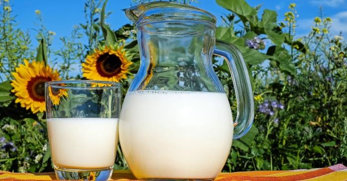 Từ thời xưa, con người đã biết dùng sữa tươi để làm đẹp, sữa tươi chứa protein, enzyme, axit lactic... giúp khắc phục các chứng bong da, mụn trứng cá, giữ ẩm, làm mịn da, chống lão hóa, tăng sức đề kháng cho da.... Nếu kết hợp uống sữa với mát xa da mặt, hiệu quả càng tốt hơn. Trước đây, các mỹ nữ trong cung đình thường được ngâm mình trong bồn tắm đầy sữa tươi khoảng 2 lần/tuần, nhằm giúp da mịn màng