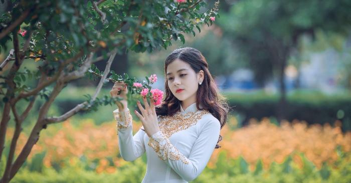 Áo dài là một loại trang phục của người Việt, được cách tân từ áo tứ thân (lập lĩnh, tức cổ đứng) của Việt Nam trong thời kỳ Tây hóa, còn gọi là áo tân thời. Áo dài mặc với quần dài, che thân từ cổ đến hoặc quá đầu gối và dành cho cả nam lẫn nữ nhưng hiện nay thường được biết đến nhiều hơn với tư cách là trang phục nữ