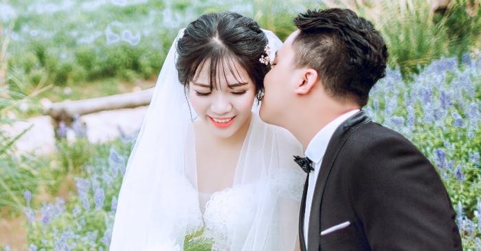 """Cô dâu thường được xem là nhân vật nữ chính trong hôn lễ, là buổi tuyên bố lễ thành hôn giữa cô dâu đó và chú rể. Theo văn hóa phương Tây, cô dâu thường được phụ giúp bằng những thiếu nữ khác, thường được gọi là """"cô dâu phụ"""" hay là """"phù dâu""""."""