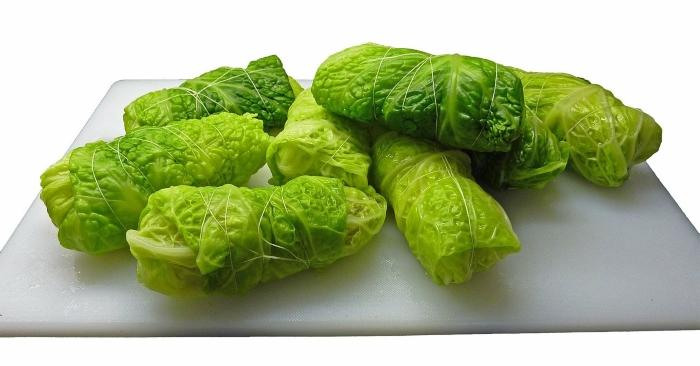 Lá bắp cải được sử dụng để chế biến các món cuộn hấp dẫn.
