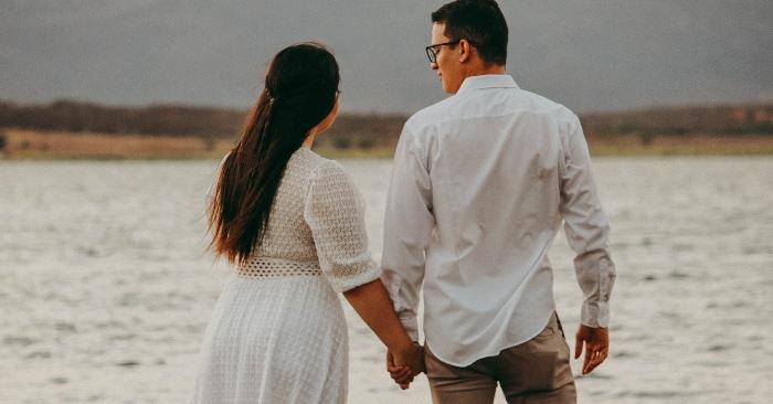 Dù cuộc sống có sóng gió nhưng với tình yêu thương sẽ giúp họ vượt qua tất cả. Họ luôn nắm tay nhau để cùng đi hết cuộc đời.