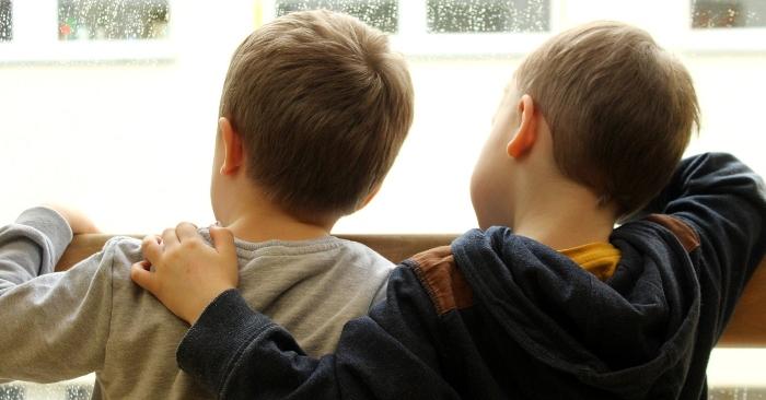 Thường xuyên đón con muộn sẽ khiến trẻ luôn cảm thấy lo lắng và bất an.