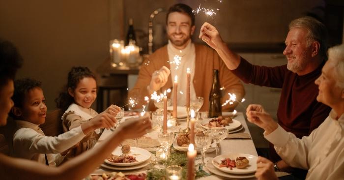 Dưới ánh nến, đại gia đình cùng ăn tối trong bầu không khí ấm cúng và hạnh phúc.