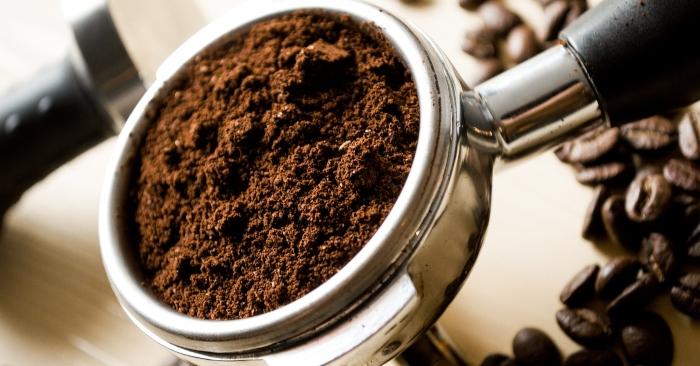 """Mùi bã cà phê khô với con người là thơm nhưng lại """"khó chịu"""" với một số động vật, vì thế muốn chặn mèo ở phòng nào cứ rắc bã cà phê xung quanh. Cách này cũng hiệu quả tương tự khi muốn chặn kiến, ốc sên vào nhà."""