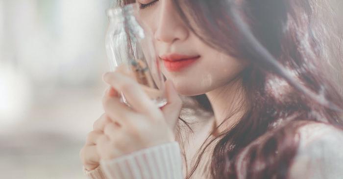 Cô gái xinh đẹp với mái tóc đen dài óng mượt, đang cầm trong tay chiếc lọ thủy tinh nhỏ; ẩn chứa bên trong là một câu chuyện tình yêu lãng mạn.