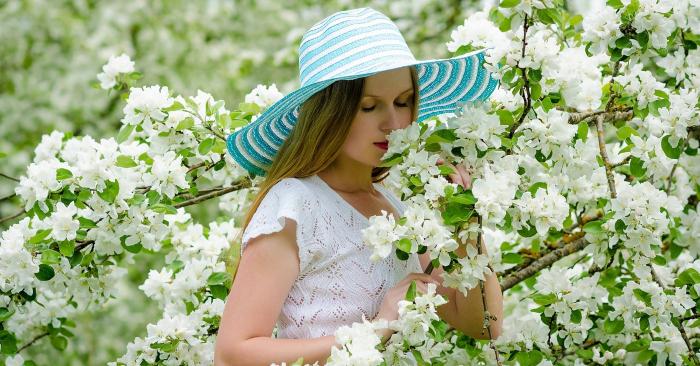 Người phụ nữ xinh đẹp đang thả hồn bên những bông hoa trắng muốt thơm ngát