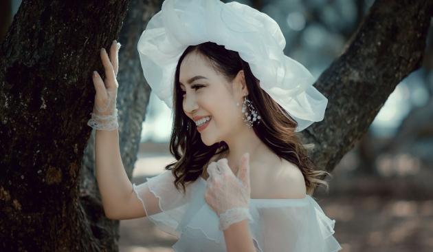 Người phụ nữ xinh đẹp khoác lên mình trang phục màu trắng tinh khiết như trái tim trong sáng, thiện lương