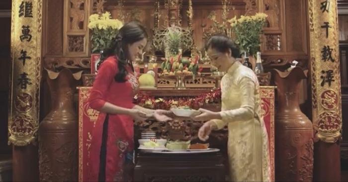 Ngày Tết phụ nữ Việt Nam thường chuẩn bị mâm cơm cúng dâng lên tổ tiên.