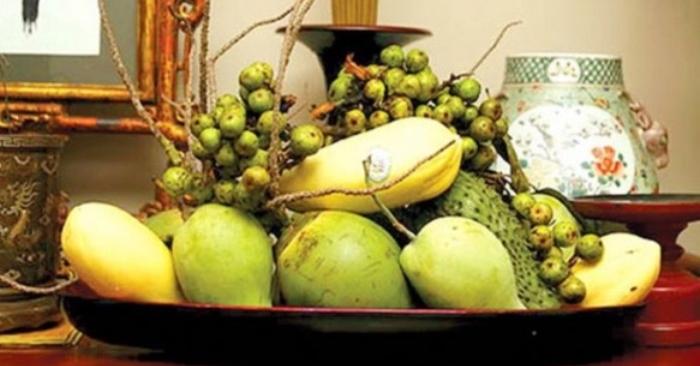 """Mâm ngũ quả ngày Tết của người miền Nam gồm mãng cầu Xiêm, dừa (hay dưa), đu đủ, xoài, sung, với ngụ ý """"cầu sung (túc) vừa đủ xài"""". Đôi khi thêm trái dứa (người Nam gọi là """"thơm"""") và thường là phải có một cặp dưa hấu để riêng bên cạnh."""