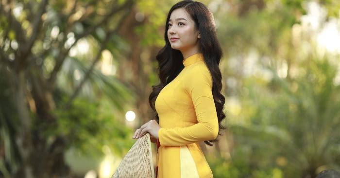 Áo dài là một loại trang phục của người Việt, được cách tân từ áo tứ thân (lập lĩnh, tức cổ đứng) của Việt Nam trong thời kỳ Tây hóa, còn gọi là áo tân thời. Áo dài mặc với quần dài, che thân từ cổ đến hoặc quá đầu gối và dành cho cả nam lẫn nữ nhưng hiện nay thường được biết đến nhiều hơn với tư cách là trang phục nữ.
