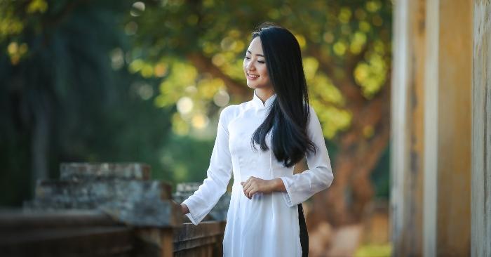 Người phụ nữ truyền thống Việt Nam đẹp tinh khôi trong tà áo dài trắng.