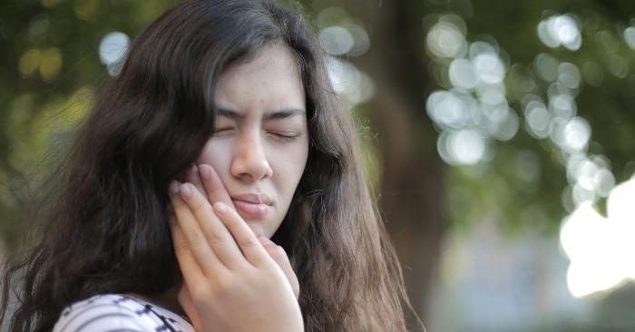 Khi răng khôn mọc thì các răng vĩnh viễn khác trên cung hàm đã mọc đầy đủ, cố định vị trí, không thể di chuyển để nhường chỗ cho nó mọc sau. Khi có sự mất cân xứng giữa răng và kích thước xương hàm; sẽ dẫn đến tình trạng mọc ngầm, mọc kẹt của răng số 8 sẽ gây đau đớn và  khó chịu.