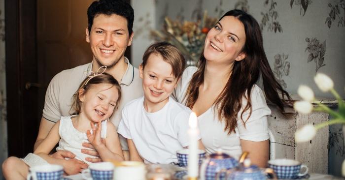 Cha mẹ hãy là tấm gương để hình thành thói quen tốt cho trẻ. Đặc biệt, trong việc coi trọng bữa ăn đầy đủ các thành viên gia đình