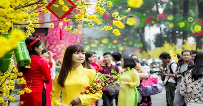 Chợ Tết là những phiên chợ có phiên họp chợ vào dịp Tết (trước tết từ 25 tháng Chạp cho đến 30 tháng Chạp), phục vụ cho nhu cầu mua sắm, chuẩn bị cho ngày Tết. Chợ Tết được diễn ra nhiều nơi từ các đô thị cho tới vùng nông thôn, đến các vùng núi rừng, vùng cao cho đến ở Hải ngoại.[1][2] Một trong những phong tục vui Xuân của người Việt Nam là đi chợ Tết để cầu duyên, cầu tài lộc, mua may bán đắt.[3] Chợ Tết xưa mang nhiều nét đẹp truyền thống của dân tộc Việt Nam.[4]