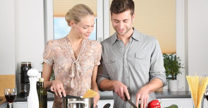 Vợ chồng cùng san sẻ công việc nội trợ, bếp núc sẽ giúp gắn kết tình yêu và hôn nhân luôn hạnh phúc