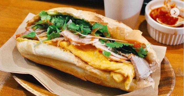 Sau này, phạm vi ảnh hưởng của bánh mì đã lan ra khắp Miền Trung và Miền Nam, đặc biệt là bánh mì rất thịnh hành ở Sài Gòn. Trong quá trình cải tiến, người Sài Gòn đã chế biến chiếc bánh baguette thành ổ bánh mì nhỏ và ngắn hơn, chỉ còn khoảng 30–40 cm, và ruột thì rỗng hơn để có thể đưa phần nhân vào giữa hai lớp vỏ bánh, tương tự như món bánh mì kẹp. Tùy thuộc vào thành phần nhân được kẹp bên trong mà món bánh mì có những tên gọi khác nhau. Ngoài ra, người ta cũng có thể ăn kèm chúng với nhiều loại thực phẩm khác nhau.