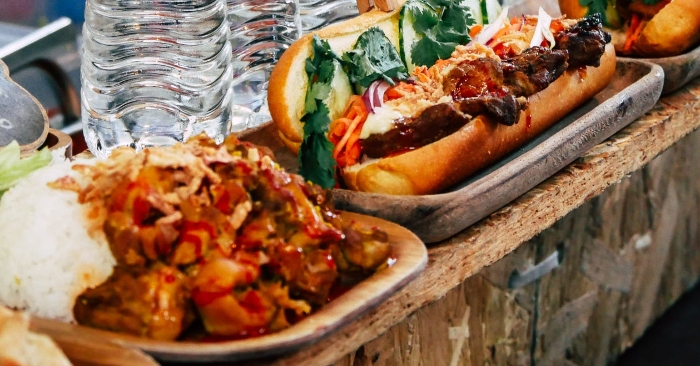 Gỏi khô bò vốn đã là món nức tiếng Sài Gòn, nhưng nghĩ ra cách ăn khô bò với bánh mì thì chắc chỉ có ở xe khô bò đằng lưng sau chợ Đa Kao