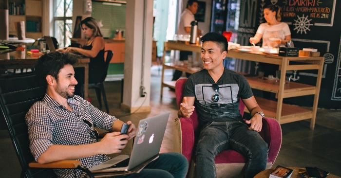 Hai người đàn ông rất vui vẻ trao đổi công việc cũng như sở thích trong cuộc sống.