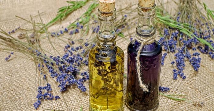 Tinh dầu là một dạng chất lỏng chứa các hợp chất thơm dễ bay hơi được chiết xuất bằng cách chưng cất hơi nước hoặc ép lạnh, từ lá cây; thân cây; hoa; vỏ cây; rễ cây; hoặc những bộ phận khác của thực vật. Phương pháp khác để tách chiết tinh dầu là tách chiết dung môi.