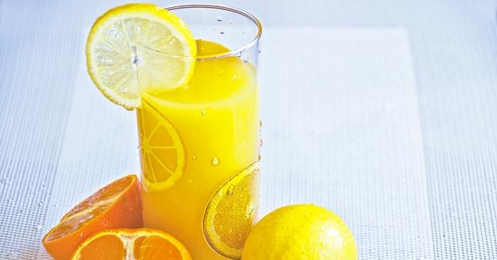 Nếu bạn không có sẵn cam thì có thể sử dụng nước chanh để giải bia rượu.