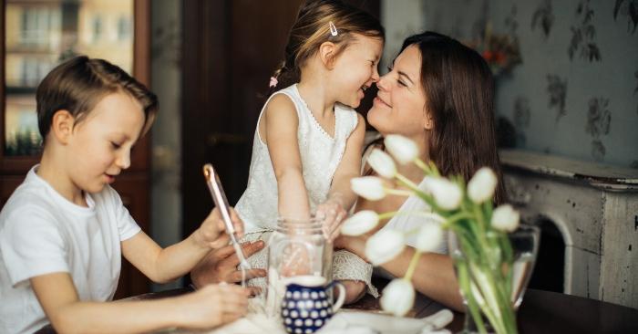 Khi dạy con cha mẹ hãy dành những câu nói để khích lệ, động viên thay vì chỉ trích, mắng mỏ trẻ.