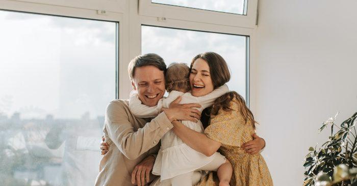 Cha mẹ thường xuyên ôm con sẽ mang lại những lợi ích tuyệt vời cho trẻ
