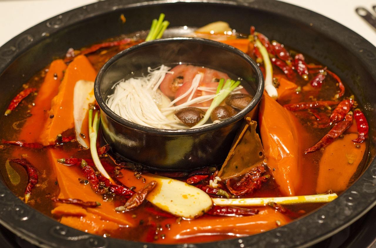 Cách nấu lẩu Thái... Nguyên liệu chính của lẩu Thái là hải sản, cùng với các gia vị của món lẩu, hương vị lẩu Thái còn đặc trưng bởi hương rất thơm của gừng, vị nồng của lá chanh Thái và không thể thiếu vị cay của ớt. Nước lẩu Thái là sự kết hợp của nhiều hương vị, vị chua đặc trưng của lẩu, vị ngọt từ nước hầm, một chút cay của gừng, ớt, vị nồng của tiêu, vị ngọt thơm và chua chua của nước lẩu ăn kèm bún, rau muống và bắp chuối tạo nên một bữa ăn ngon miệng. Lẩu Thái được chế biến công phu, trình bày đẹp mắt trong những dụng cụ mang đậm phong cách của người Thái.  Các nguyên liệu thường thấy trong món lẩu Thái gồm có thịt bò, thịt heo, rau muống, cần tàu, cải thảo, cà rốt, nấm tuyết, nấm mèo, bắp non… và tôm, mực ngoài ra còn có thể có cải bó xôi, rau cần tây, nấm đông cô, đậu hũ hoặc cá điêu hồng, chả cá, thịt gà, sò điệp, mực nhồi thịt, bánh xếp nhân tôm, tim và cật heo. Ngoài ra, muốn ăn lẩu cay bao nhiêu, khách có thể tự bỏ thêm tương ớt vào chén bấy nhiêu. Muốn ăn món gì, có thể thêm món nấy để cho vào lẩu.