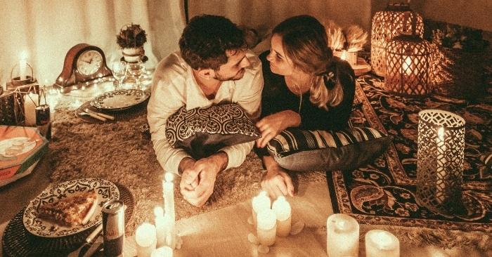 Dưới ánh nến lãng mạn, vợ chồng có những giây phút  thăng hoa trong tình yêu.