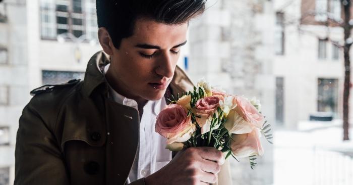 Hình ảnh lãng tử với bó hoa trên tay của người đàn ông, là mong ước mà người vợ nào cũng muốn nhìn thấy sau khi đã kết hôn.