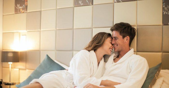 Đàn ông thích ngắm nhìn vợ trong những bộ đồ ngủ quyến rũ. Đơn giản chỉ là chiếc áo sơ mi của chồng hay là bộ pijama, cũng khiến họ vô cùng thích thú và không muốn rời mắt khỏi vợ