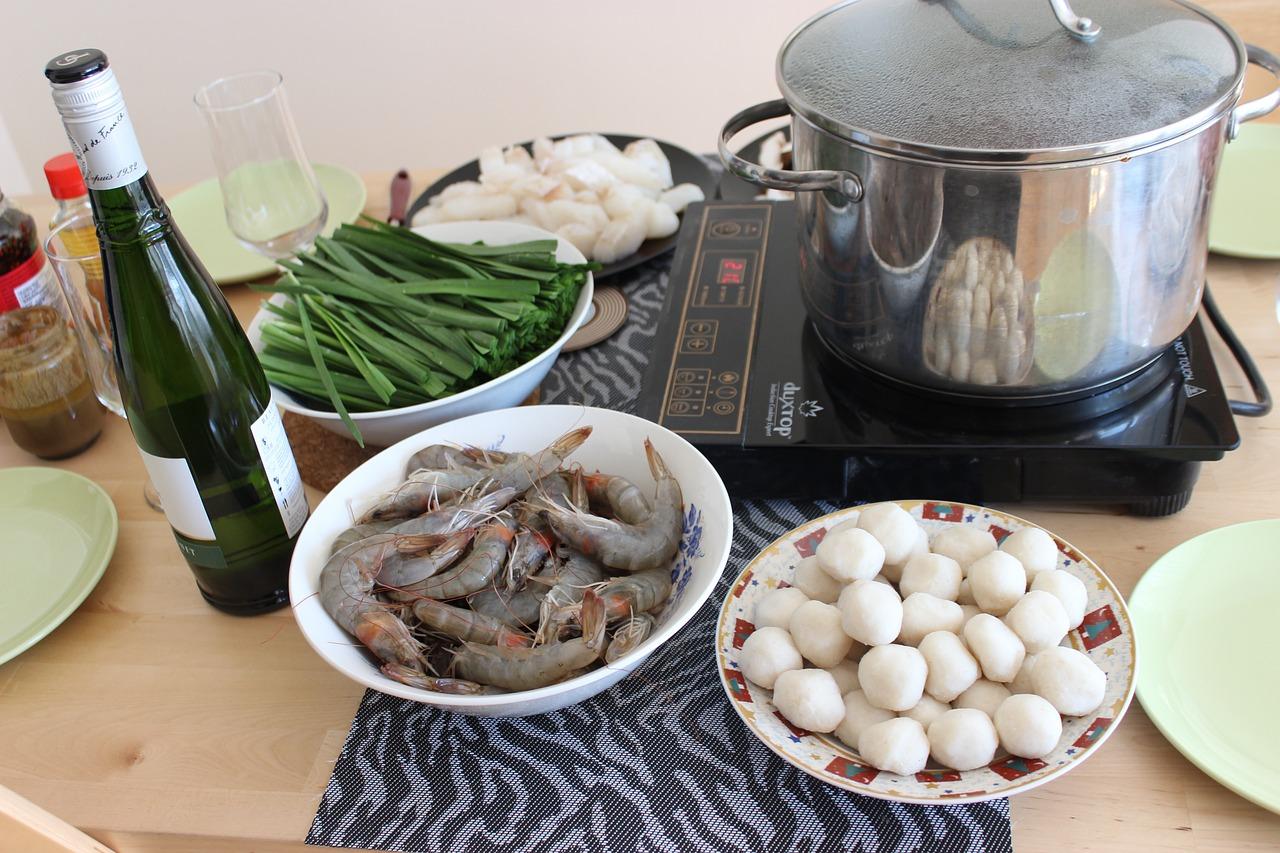 cách nấu lẩu thái đơn giản tại nhà... Lẩu Thái hay được gọi đơn giản là lẩu (tiếng Thái: สุกี้ยากี้ hay สุกี้, phát âm: suki) ở Thái Lan, là một biến thể của món lẩu ở Thái Lan và cũng là một trong những đặc sản và là món ăn truyền thống của xứ này. Lẩu Thái về cơ bản là một món ăn nóng, thực khách nhúng thịt, hải sản, mì và rau (hợp vị là rau rút) vào nồi nước dùng nấu ăn tại bàn và nhúng nó một hỗn hợp trước khi ăn. Hương vị chủ đạo của lẩu Thái là chua và cay. Đây là hương vị rất đặc trưng của lẩu Thái ít bị lẫn với bất kỳ món lẩu nào khác bởi hương thơm của riềng, sả cùng lá chanh Thái, nhất là độ cay nồng của ớt.