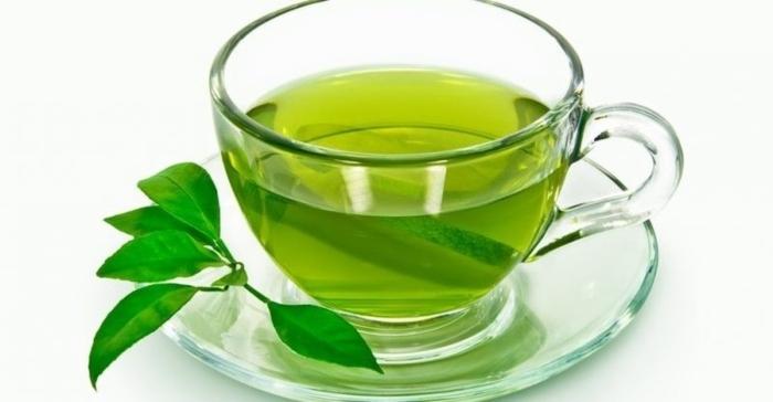Trong một phân tích tổng hợp năm 2015 về các nghiên cứu quan sát cho thấy, việc tăng một tách trà xanh mỗi ngày có tương quan với nguy cơ tử vong do các nguyên nhân tim mạch thấp hơn một chút.Tiêu thụ trà xanh có thể tương quan với việc giảm nguy cơ đột quỵ.