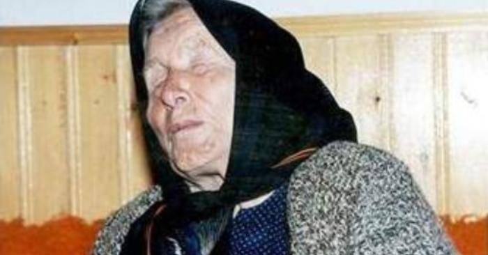 """Vanga sinh ra ở Strumica, sinh sống ở đế quốc Ottoman, sau đó tới sống ở vương quốc Bulgaria, vương quốc Nam Tư, và trở lại sống ở Bulgaria, Cộng hoà xã hội chủ nghĩa liên bang Nam Tư và cuối cùng sống ở Cộng hoà Macedonia. Trong suốt cuộc sáp nhập Bulgaria lần thứ hai (1941-1944) bà đã chuyển tới Petrich, (tiếp đó cho tới sau này sống ở Bulgaria). Khi sinh ra, bà là một đứa trẻ sinh thiếu tháng và gặp nhiều đau khổ với những biến chứng về sức khoẻ. Theo truyền thống của địa phương, những đứa trẻ như thế sẽ không được đặt tên cho đến lúc có khả năng sống sót. Sau khi đứa trẻ này cất tiếng khóc chào đời đầu tiên, một bà đỡ đã ra ngoài phố và yêu cầu một người lạ cho một cái tên. Người lạ đó đã đề xuất một cái tên là Andromaha, nhưng nó đã không được chấp nhận bởi nó mang tính chất """"quá Hy Lạp"""", bởi vậy lời đề xuất của người thứ hai, Vangelia (tiếng Hy Lạp: Βαγγελία, """"báo trước một thông điệp tốt lành"""", từ các thành phần: """"ευ-"""" có nghĩa là tốt và """"άγγελος"""" có nghĩa là thông điệp), đã được chấp nhận, tuy cũng là một cái tên Hy Lạp nhưng phổ biến cho nhiều vùng miền.... Vanga dự đoán sẽ có 1 cuộc chạm trán với người ngoài hành tinh trong tương lai"""